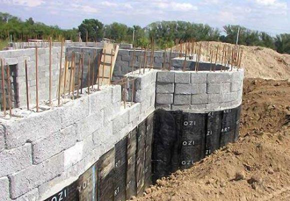 усиление металлическим прутом при строительстве цоколя из пенобетона