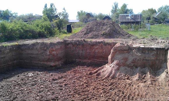 Выкопать котлован глубже будущего залегания фундамента