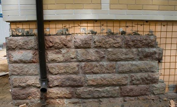 Отделка цоколя искусственным камнем