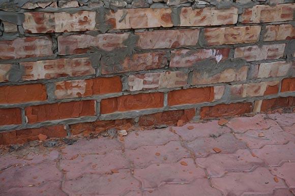 Разрушение цоколя из красного глиняного кирпича