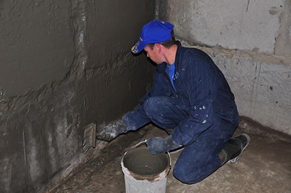 Пропитывают жидким стеклом бетон