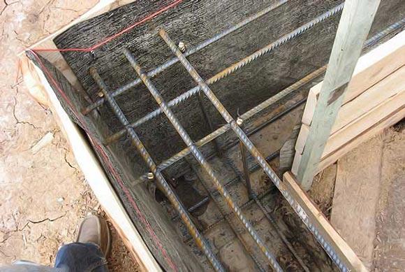 вид опалубки для ленточного фундамента перед заливкой бетона
