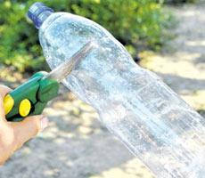 разрезать пластиковую бутылку