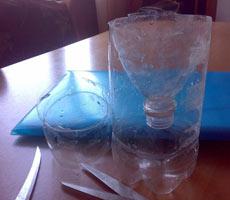 вставить верхнюю чать пластиковой бутылки в нижнюю часть
