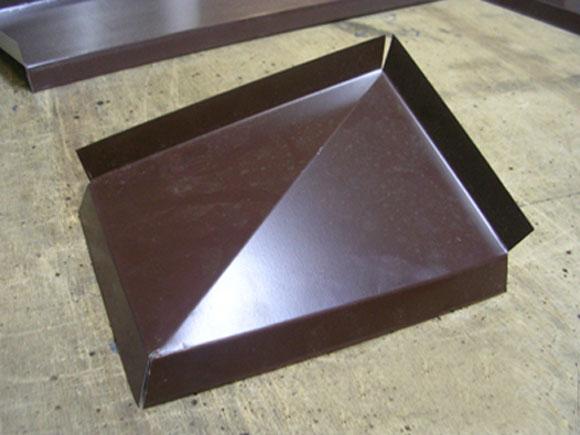 Стык угла отлива отдельно вырезанной прямоугольной планкой
