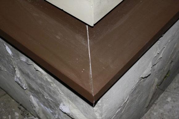 зазоры между стеной и отливом заполняют герметиком