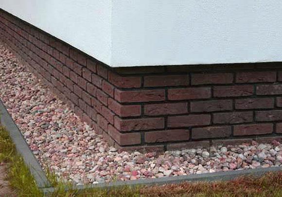 отделанный плиткой фундамент