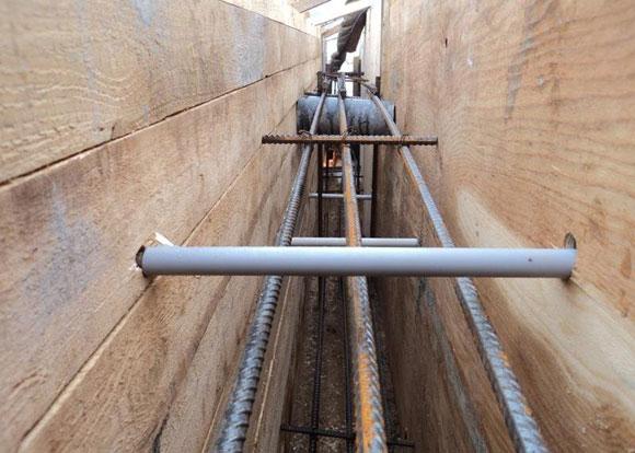 Для продуха в фундамент установлен перпендикулярно стенкам опалубки кусок пластиковой трубы
