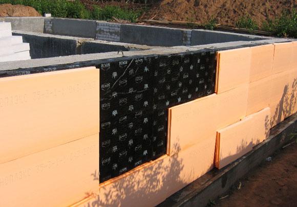 поверх рубероида наклеивают плиты ППС