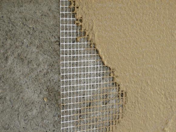 Уложить армирующую стеклосетку (на штукатурный раствор). Заштукатурить поверхность