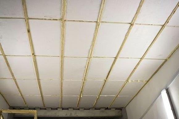 Наклеивают на потолок подвала пенополистирольные плиты