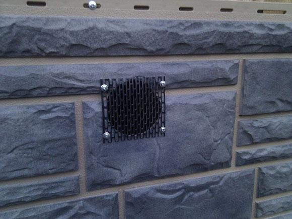 вентиляционные решетки в цокольных пластиковых панелях