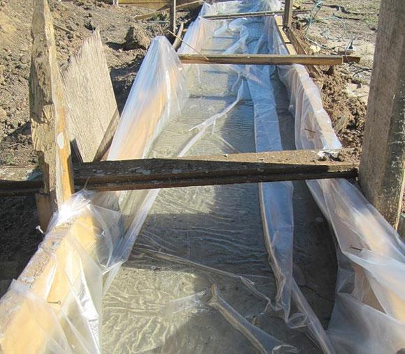 фундамент, сделанный зимой надо укрыть пленкой